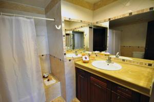 A bathroom at Hotel & Casino Flamboyan