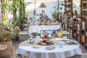 A restaurant or other place to eat at Hotel & Spa Riad El Walaa