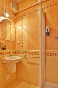 A bathroom at Hotel Šariš