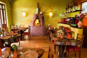 A restaurant or other place to eat at Pisac Inn