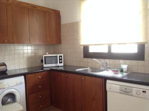 Een keuken of kitchenette bij Aura Holiday Villas