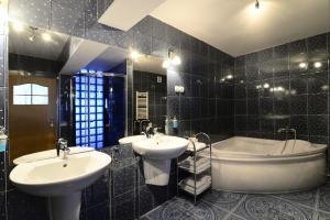 A bathroom at Hotel IKAR