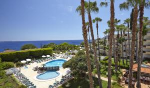 Ein Blick auf den Pool von der Unterkunft Suite Hotel Eden Mar - PortoBay oder aus der Nähe