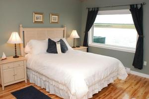 A bed or beds in a room at Auberge Bay Wind Suites