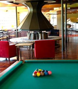 A billiards table at Sky Samuara Hotel Caxias do Sul