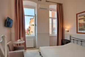 A bed or beds in a room at Omorfi Poli