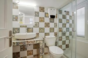 A bathroom at Omorfi Poli