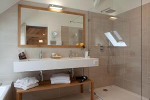 A bathroom at Domaine de la Tortinière