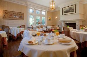 A restaurant or other place to eat at Le Manoir Saint Thomas