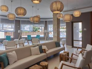 The lounge or bar area at BQ Can Picafort Hotel