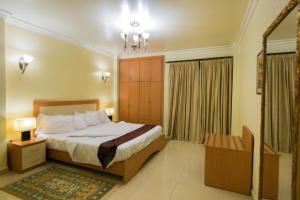 A room at Maroko Bayshore Suites