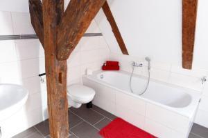 A bathroom at Pension Altes Burghotel