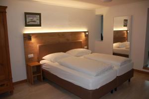 Een bed of bedden in een kamer bij Gasthaus Kellerer
