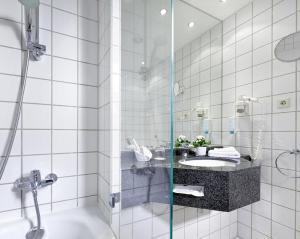 A bathroom at Sachsenpark-Hotel