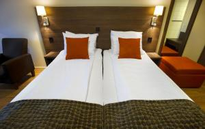 A bed or beds in a room at Thon Hotel Baronen