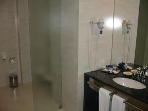 A bathroom at VIP Executive Azores Hotel