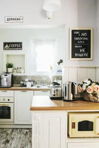 A kitchen or kitchenette at 5 Vintage Guest House