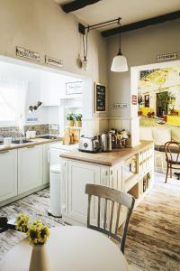 Кухня или кухненски бокс в 5 Винтидж Къща за Гости