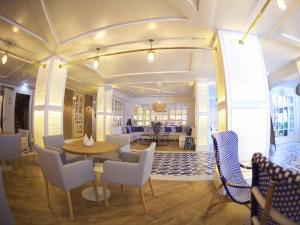 El salón o zona de bar de Hotel Els Pins
