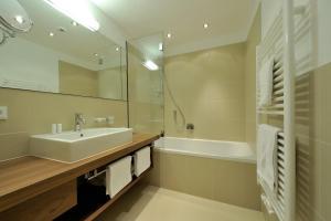 A bathroom at Hotel Garni Albona