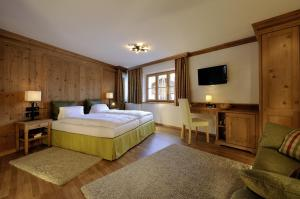 A bed or beds in a room at Hotel Garni Albona