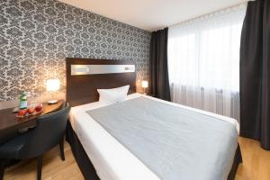A bed or beds in a room at Hotel Munich Inn - Design Hotel