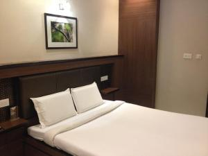 A bed or beds in a room at Hotel Plaza Inn, Ajmer