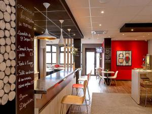 The lobby or reception area at ibis Colmar Centre