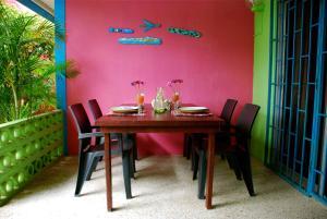 Een restaurant of ander eetgelegenheid bij Caribbean Flower Apartments
