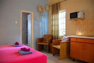 Een zitgedeelte bij Caribbean Flower Apartments