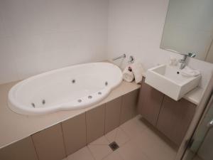 A bathroom at Great Ocean Road Resort