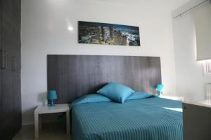 A bed or beds in a room at The Palms Hotel Apartments