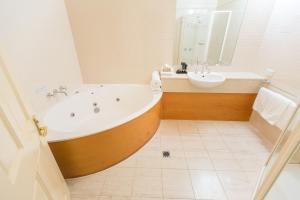 A bathroom at Strahan Village