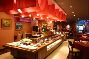 A restaurant or other place to eat at King Ambassador Hotel Kumagaya