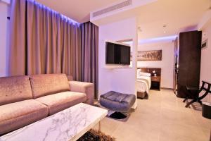De lounge of bar bij Achilleos City Hotel