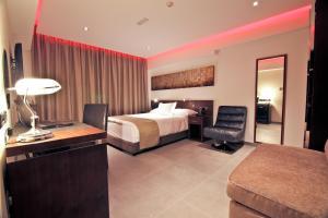 Een bed of bedden in een kamer bij Achilleos City Hotel
