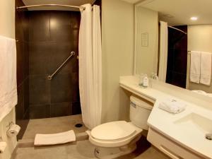 Un baño de City Express La Paz
