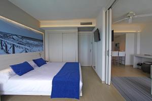 Säng eller sängar i ett rum på Tonga Tower Design Hotel & Suites