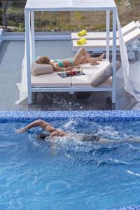 Piscine de l'établissement Colours of Mykonos Luxury Residences & Suites ou située à proximité