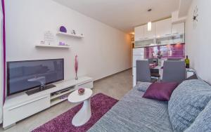 A television and/or entertainment centre at Apartment Flora