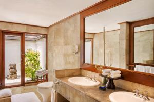 A bathroom at The Oberoi Beach Resort, Bali