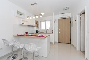A kitchen or kitchenette at Luka Residence Apartments