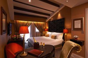 Ein Bett oder Betten in einem Zimmer der Unterkunft The Scarlet Singapore (SG Clean, Staycation Approved)