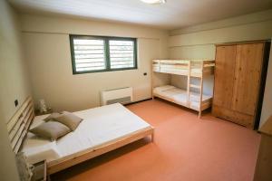 Letto o letti a castello in una camera di Oasi Hostel