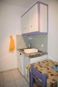 A kitchen or kitchenette at Deep Blue Studios