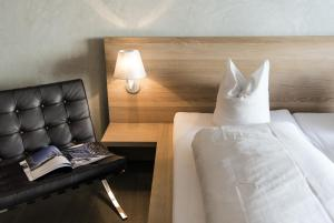 A bed or beds in a room at Hotel des Alpes