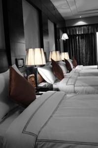 سرير أو أسرّة في غرفة في Ruve Al Madinah Hotel