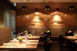 Ein Restaurant oder anderes Speiselokal in der Unterkunft Hotel zum Taufstein