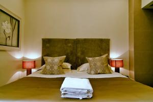 A bed or beds in a room at Hotel Valeri