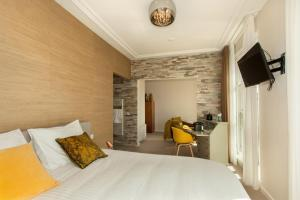 A bed or beds in a room at La Paulowna Boutique Hotel